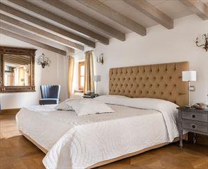 Villa Reality : спальня с двуспальной кроватью