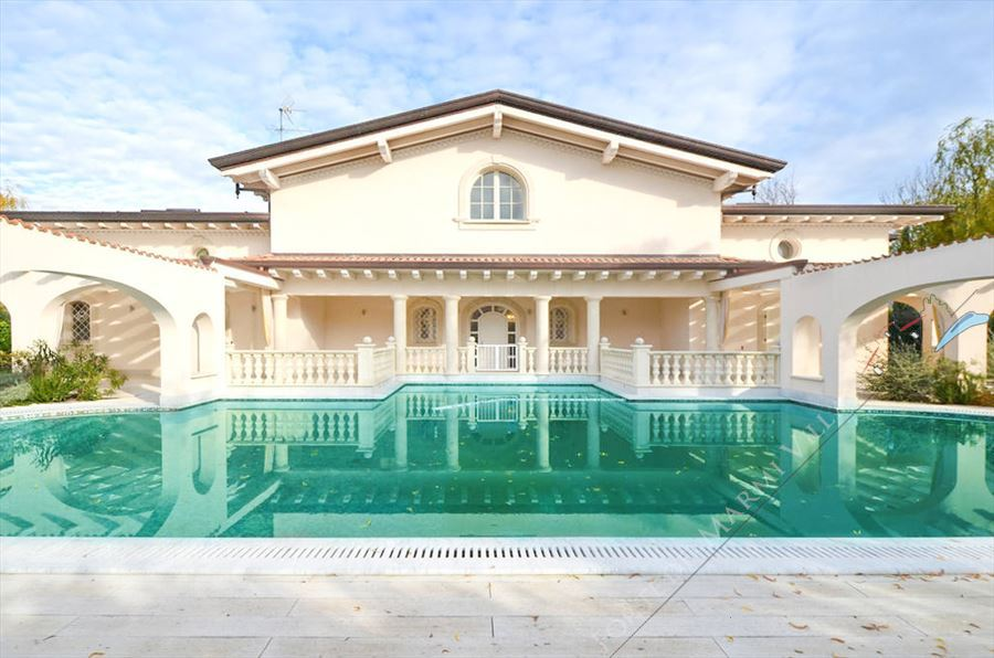 Villa Azzurra Mare  detached villa to rent and for sale Forte dei Marmi