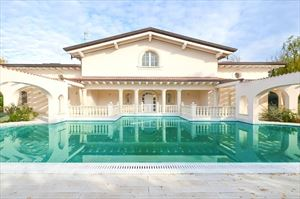 Villa Azzurra  Villa singola in affitto Forte dei Marmi