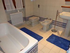 Villa  Belvedere  : Bathroom with tube