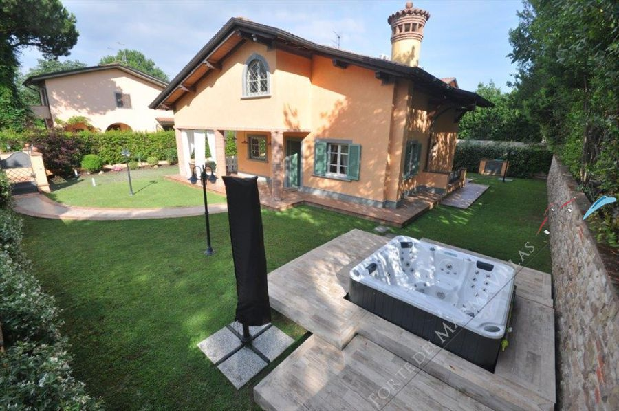 Villa   Gialla  detached villa to rent and for sale Forte dei Marmi