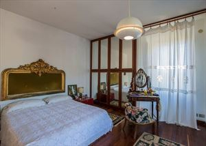 Villa Castiglioncello : спальня с двуспальной кроватью