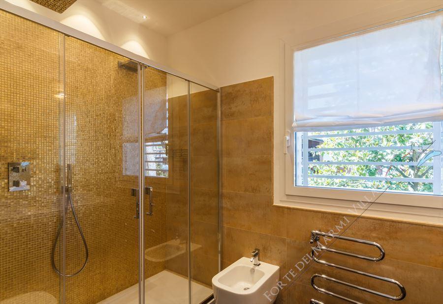 Villa New Roma Imperiale  : Bagno con doccia