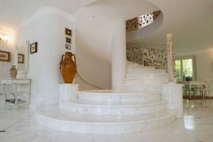 Villa Luxe 2  : мраморная лестница