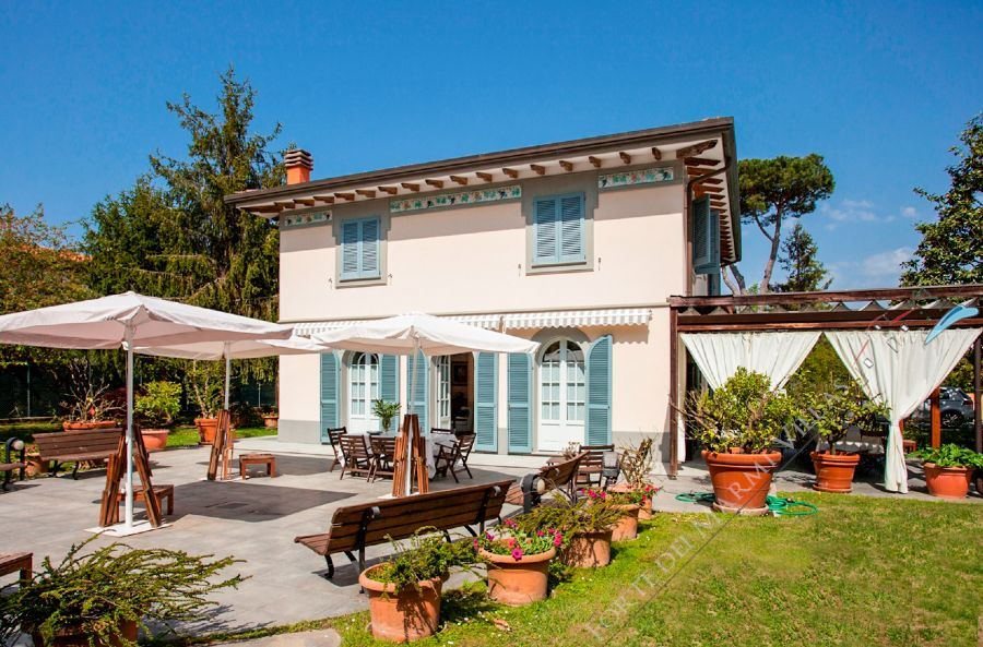 Villa Nancy detached villa to rent and for sale Forte dei Marmi