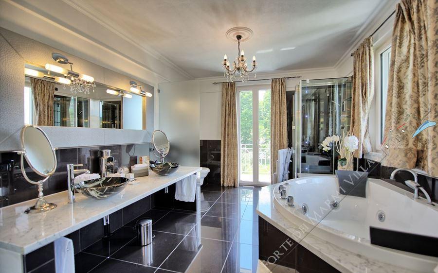 Villa Cherry : Bathroom with tube
