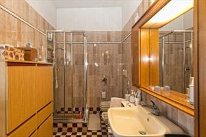 Villa Lucrezia : Bathroom with shower