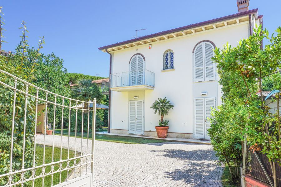 Villa Ostras detached villa to rent Forte dei Marmi