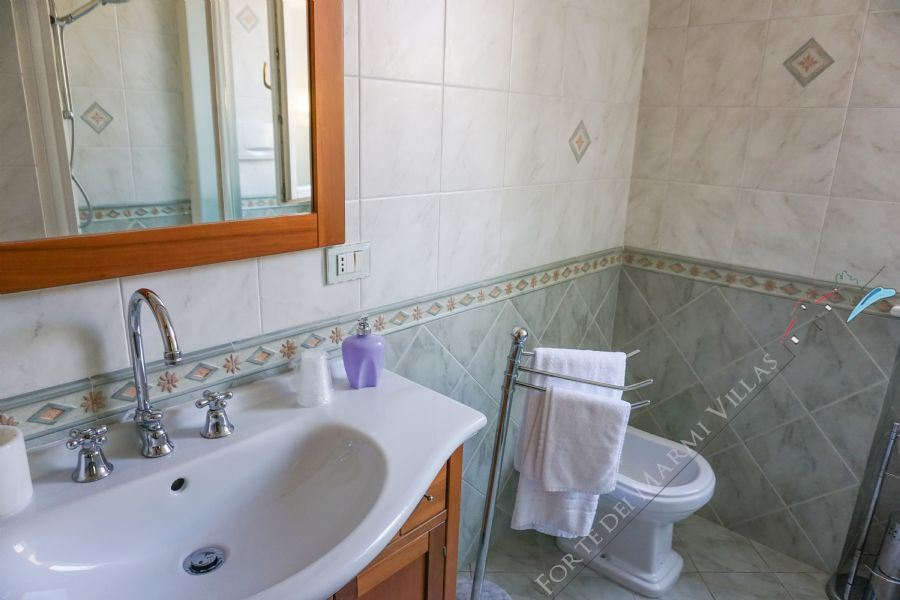Villa La Perla : Bathroom with shower