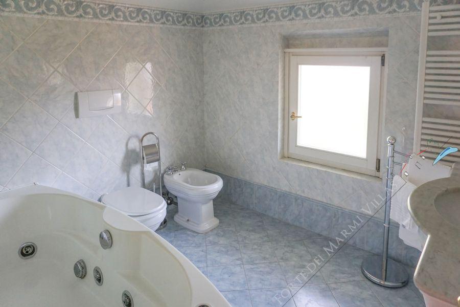 Villa La Perla : Bagno con vasca