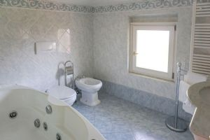 Villa La Perla : Bathroom with tube