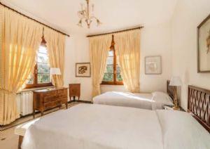 Villa Almarosa : спальня с двумя кроватями