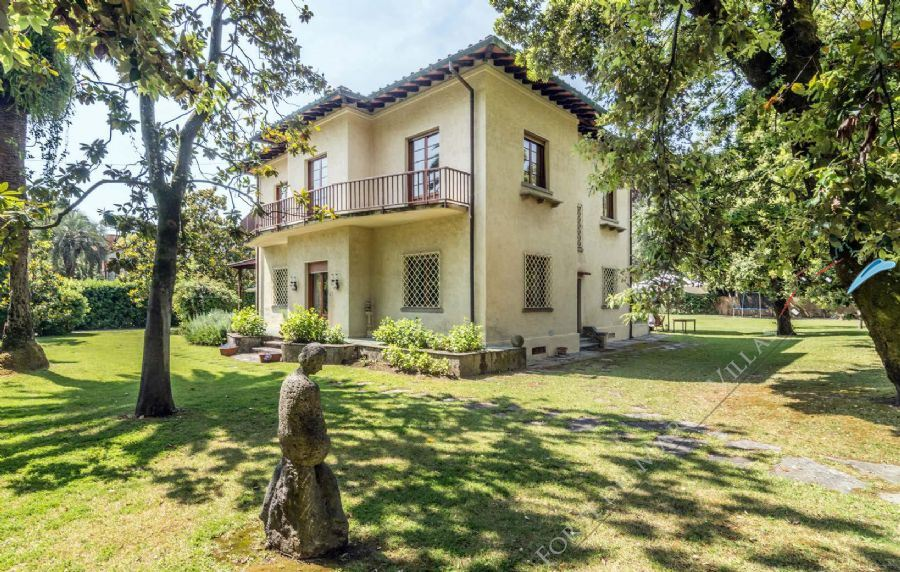Villa Almarosa con dependance  detached villa for sale Forte dei Marmi