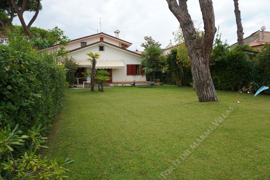 Villa Centro Città detached villa to rent and for sale Forte dei Marmi