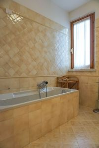 Appartamento Fiori : Bathroom with tube