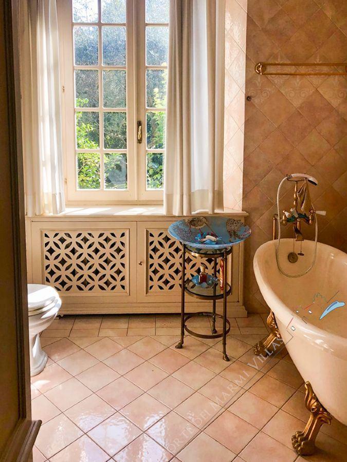 Villa Meraviglia : Bathroom with tube