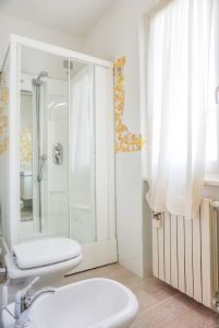 Villa Glicine : Bathroom with shower