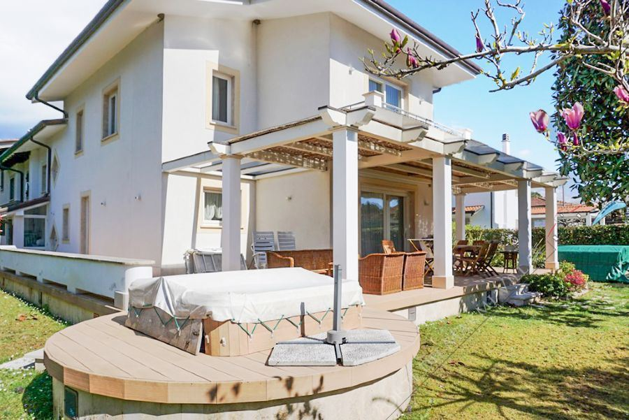 Villa Glicine detached villa to rent Forte dei Marmi