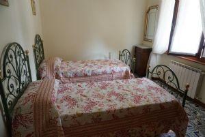 Villa Geranio : спальня с двумя кроватями