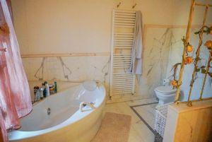 Villa Bargecchia : Bathroom with tube