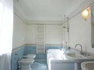Villa Deco : Bathroom with tube