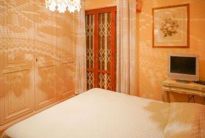 Villa Cardellino : спальня с двуспальной кроватью