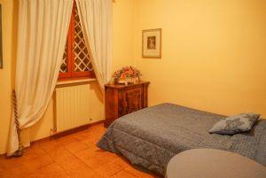 Villa Cardellino : спальня с односпальной кроватью