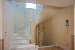Villa Grecale : мраморная лестница