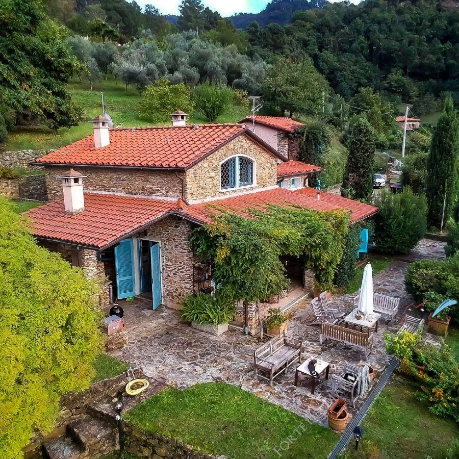 Villa pietra Cipollino  Отдельная вилла  на продажу  Пьетрасанта