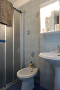 Appartamento Lauro : Bathroom with shower