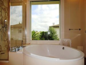 Villa Luce : Ванная комната с ванной