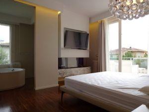 Villa Luce : спальня с двуспальной кроватью