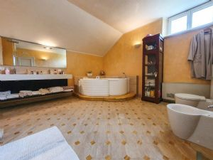 Villa Girasole : Bathroom with tube