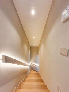 Villa Merlot : лестница с деревянным покрытием