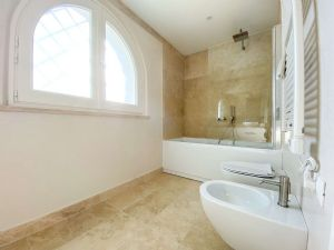 Villa Soprano : Bathroom with tube