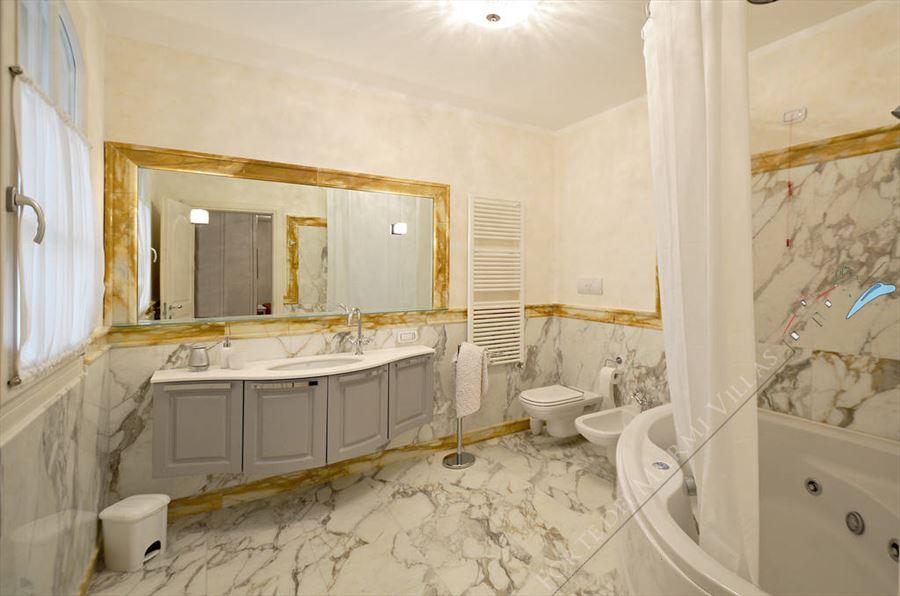 Villa Azzurra  : Bathroom with tube
