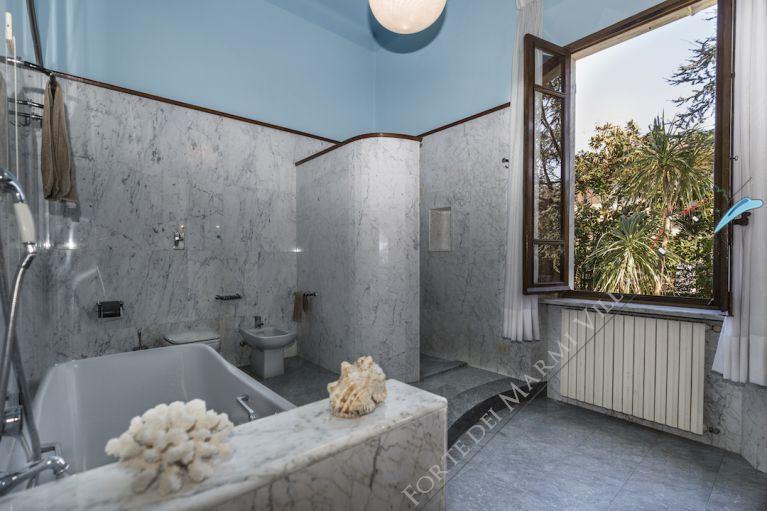 Villa  Liberty Pietrasanta  : Bathroom with tube
