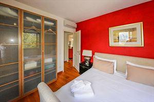Villa Vista Camaiore : спальня с двуспальной кроватью