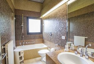 Villa Stone  : Bathroom with tube