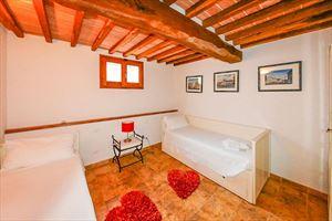 Villa Vista Camaiore : спальня с двумя кроватями