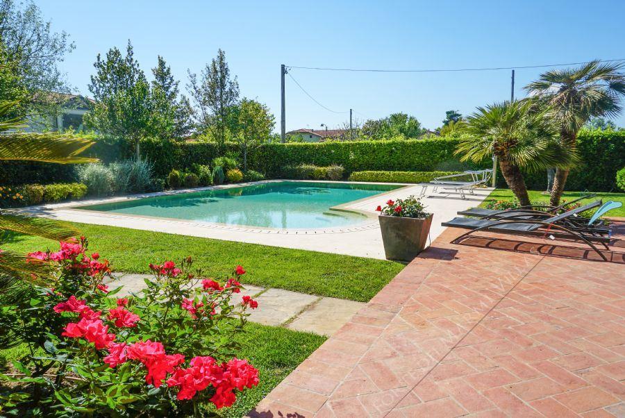 Villa delle Rose : Outside view