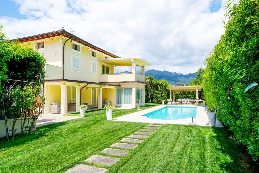 Villa Romantica detached villa to rent and for sale Forte dei Marmi