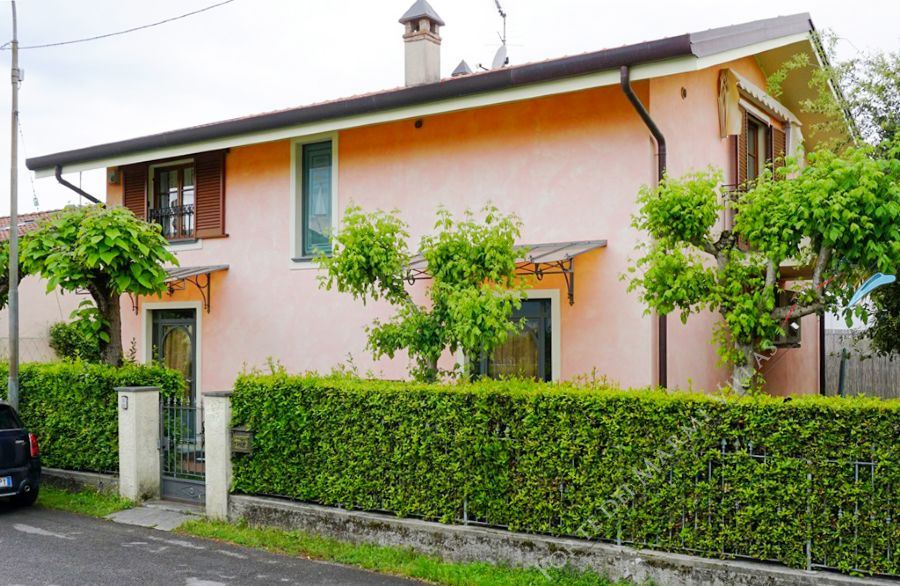 Villa Rosa detached villa to rent and for sale Marina di Pietrasanta