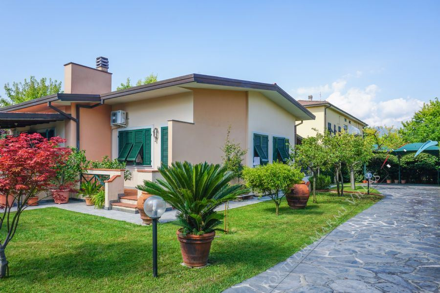 Villa Carina detached villa to rent Forte dei Marmi