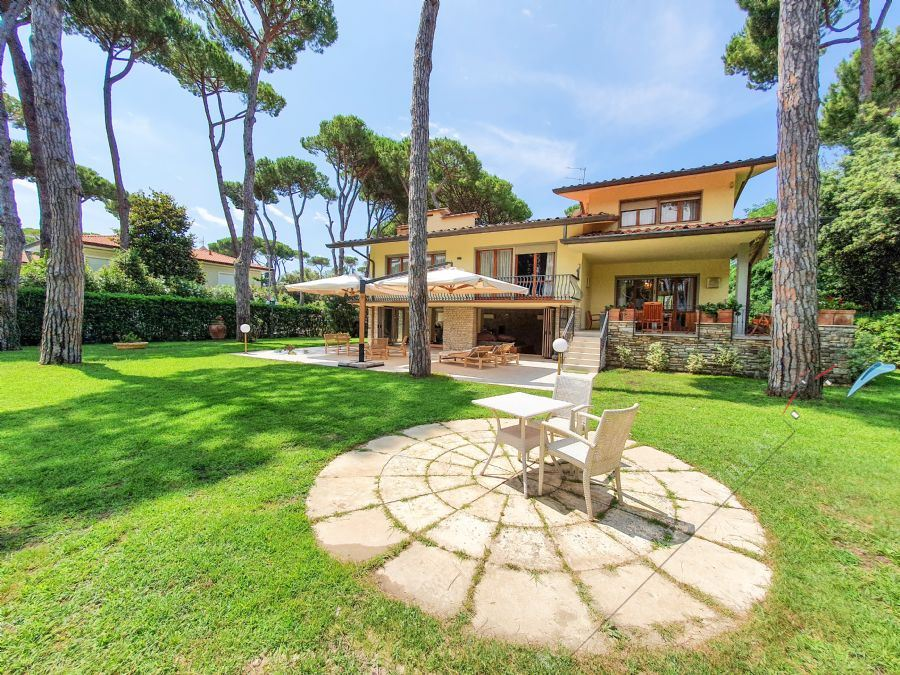 Villa Donatello detached villa to rent and for sale Forte dei Marmi