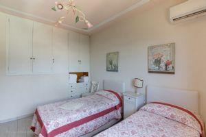 Villa Charme Toscana vista mare  : спальня с двумя кроватями
