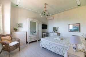 Villa Charme Toscana vista mare  : хозяйская спальня