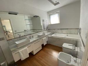 Villa  Brosio  : Bagno con vasca