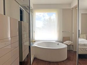 Villa Luce : Bathroom with tube