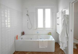 Rustico Pietrasanta    : Bathroom with tube